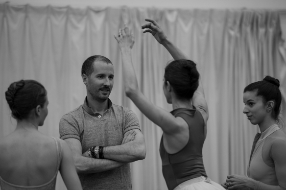 Robert Curran in rehearsal with Louisville Ballet dancers. Photo: Sam English