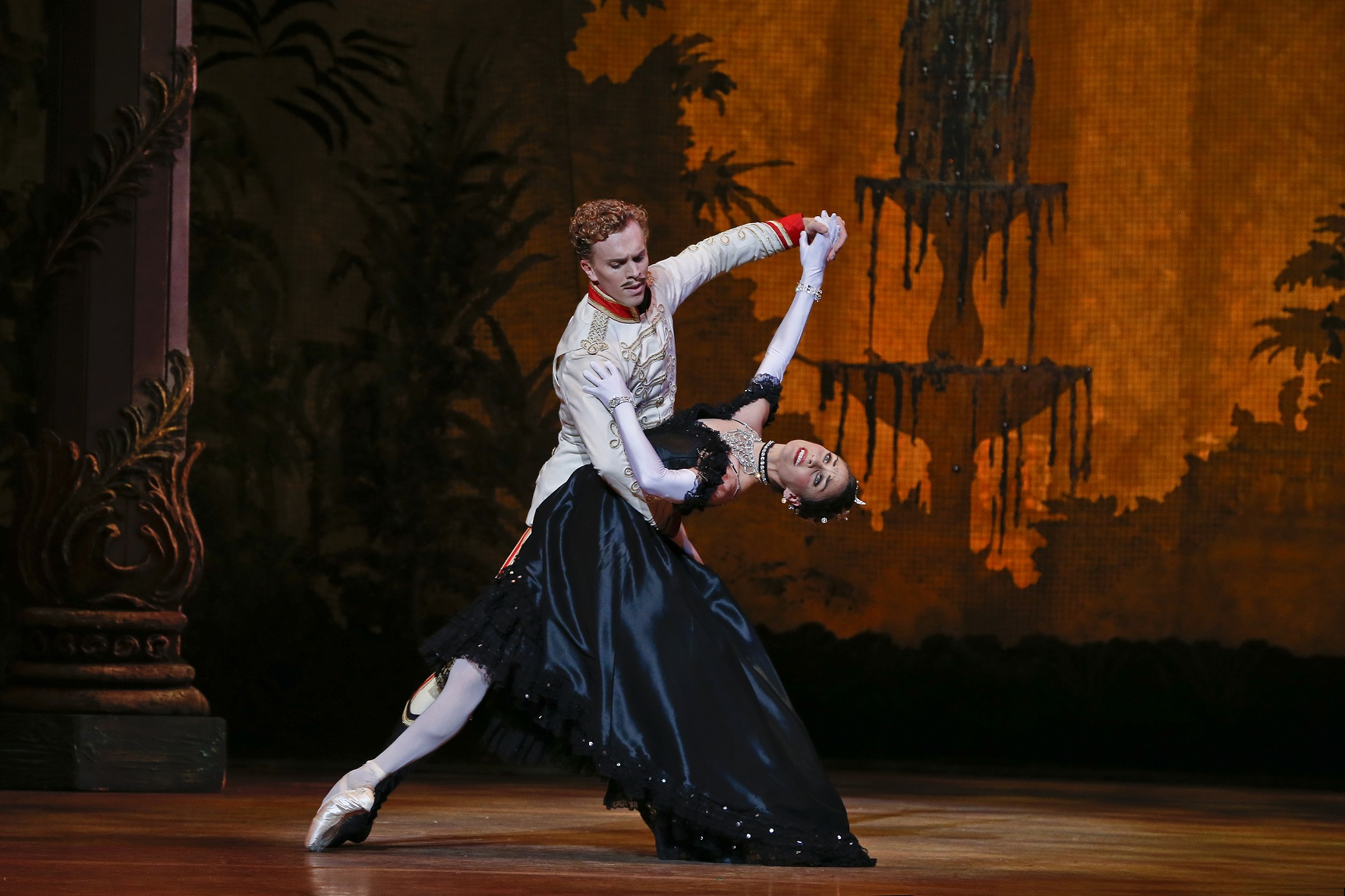 TAB_The Merry Widow_Adam Bull and Kirsty Martin_Photo Jeff Busby